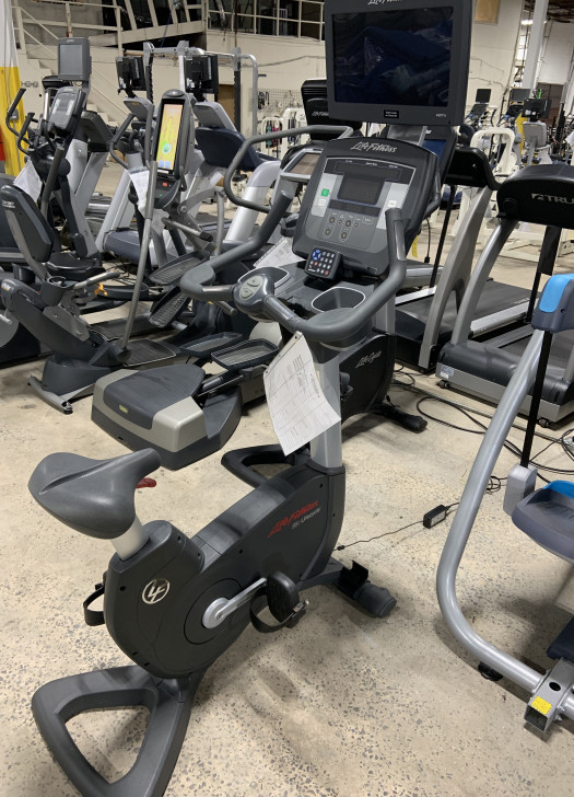 Life Fitness 95C Achieve Upright Bike (Used)
